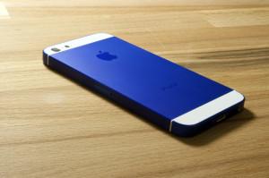 smartmod colorbox iPhone 5 Blau liegend auf Holz
