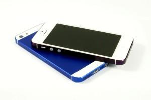 smartmod colorbox iPhone 5 Violett und Blau liegend