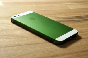 smartmod colorbox iPhone 5 Grün liegend auf Holz