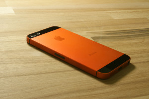 smartmod colorbox iPhone 5 Orange liegend auf Holz