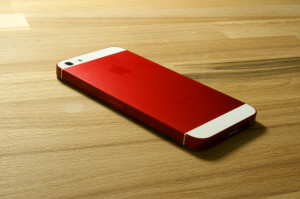 smartmod colorbox iPhone 5 Rot liegend auf Holz