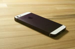 smartmod colorbox iPhone 5 Violett liegend auf Holz